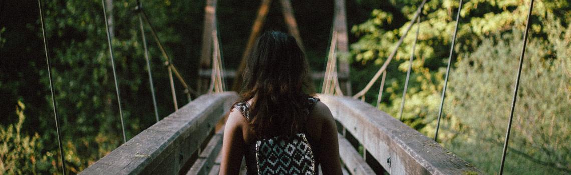 Chica cruzando un puente