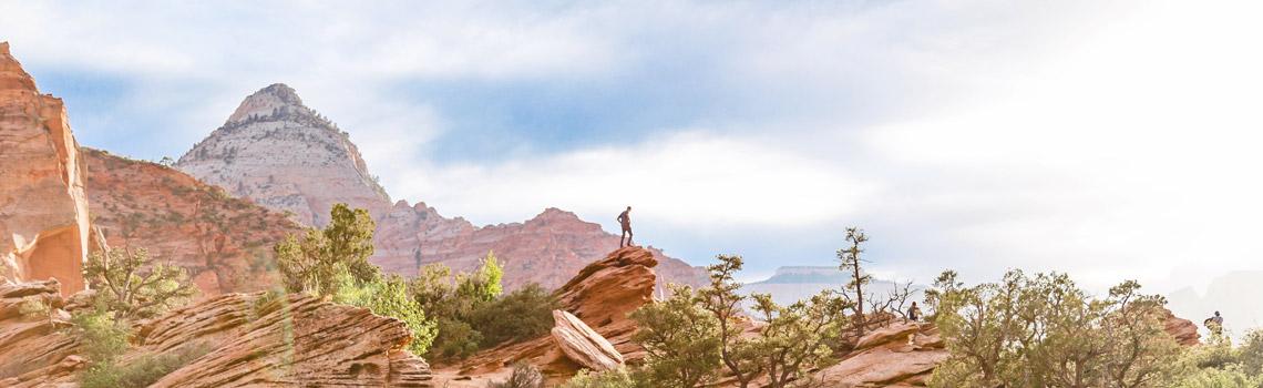 Hombre en la cima de una montaña