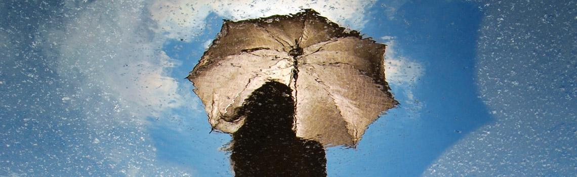Mujer con paraguas y sol