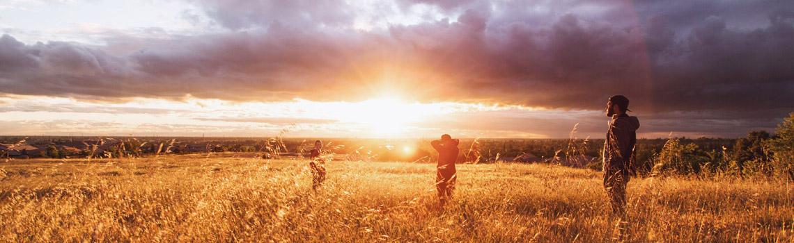 Adolescentes en un atardecer en el campo