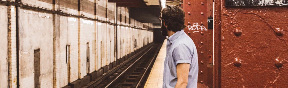 Adulto esperando el metro